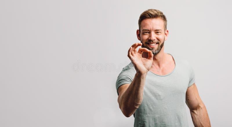 Gesto APROVADO e sorriso da exibição feliz do homem fotos de stock royalty free