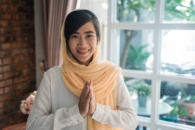 Gesto asiático del Islam de la mujer de la recepción imagen de archivo libre de regalías
