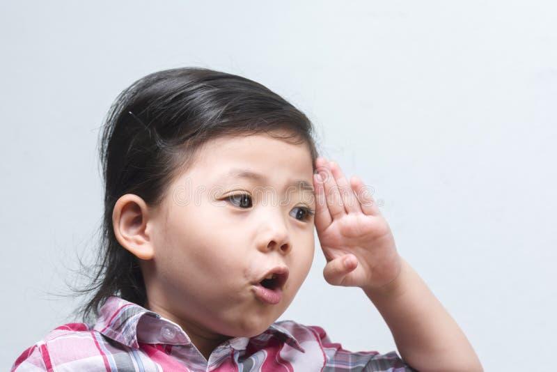 Gesto asiatico sveglio divertente della mano sinistra di aumento della ragazza dei ritratti di actina immagini stock