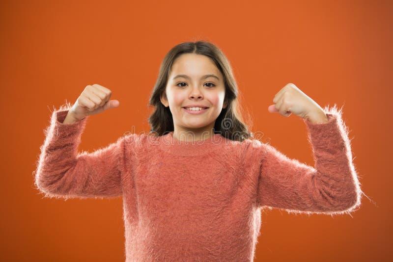 Gesto bonito do bíceps da mostra da menina da criança do poder e da força Sinta tão poderoso Conceito das regras das meninas Cons foto de stock