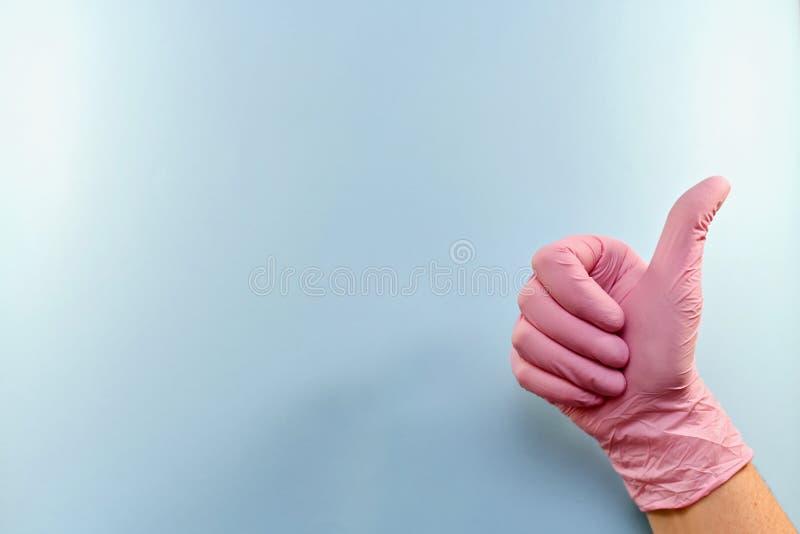 Gesto, bozal, con un pulgar con guantes para arriba imágenes de archivo libres de regalías