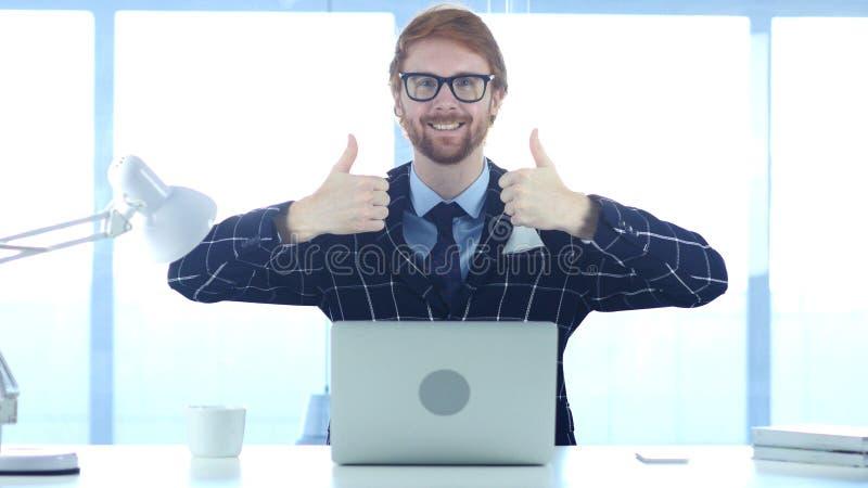 Gesto de Doing Thumbs Up del hombre de negocios del pelirrojo con ambas manos fotografía de archivo