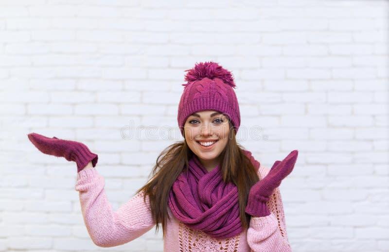 Gesto di mano della ragazza per copiare sorriso attraente dello spazio adolescente in cappello rosa fotografia stock
