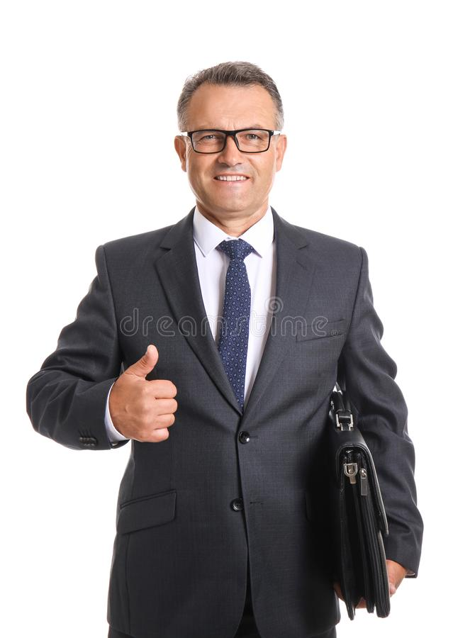 Gesto maduro do polegar-acima da exibição do homem de negócios no fundo branco imagem de stock