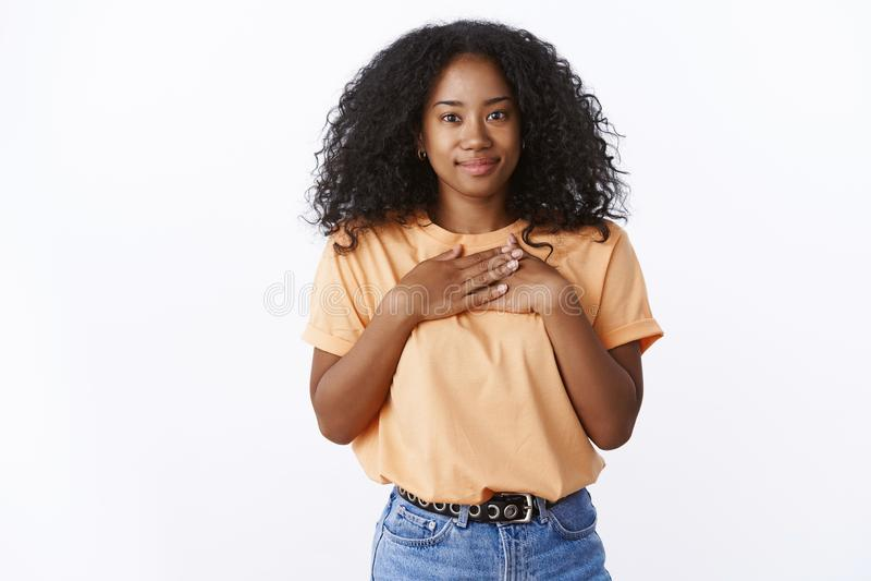 Gesto riconoscente di apprezzamento del giovane della ragazza di taglio di capelli della stampa petto riccio afroamericano attrae fotografia stock libera da diritti