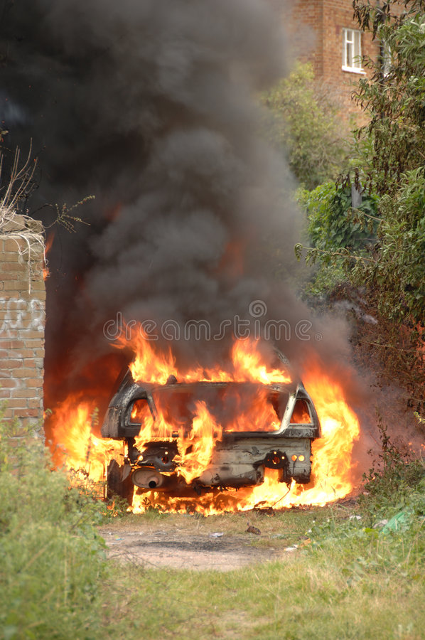 Gestohlenes Auto auf Feuer stockbild