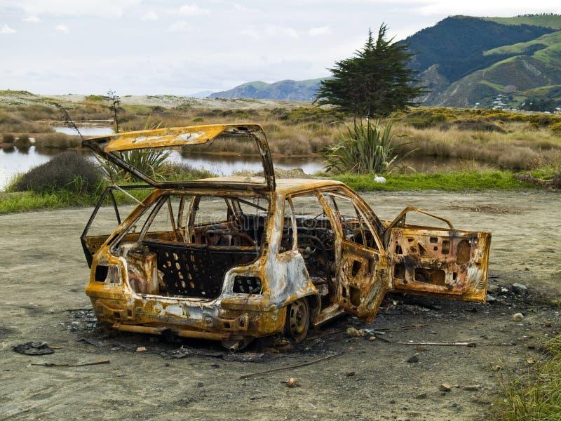 Gestolen branden-uit roestige auto stock fotografie