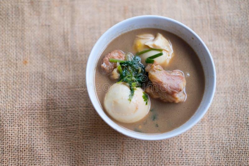 Gestoofd gekookt ei met tofu en gestreepte varkensvleesvraag Khai Palo stock foto