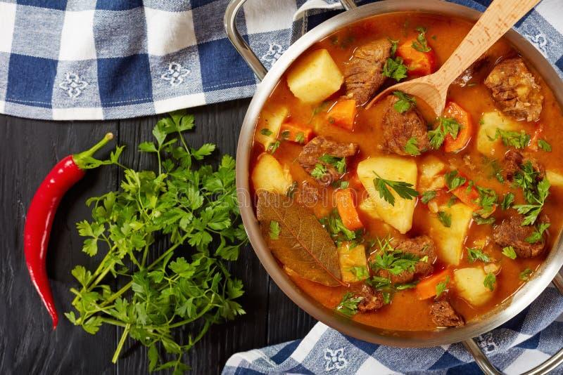 Gestoofd rundvlees met aardappel en wortelen stock afbeeldingen