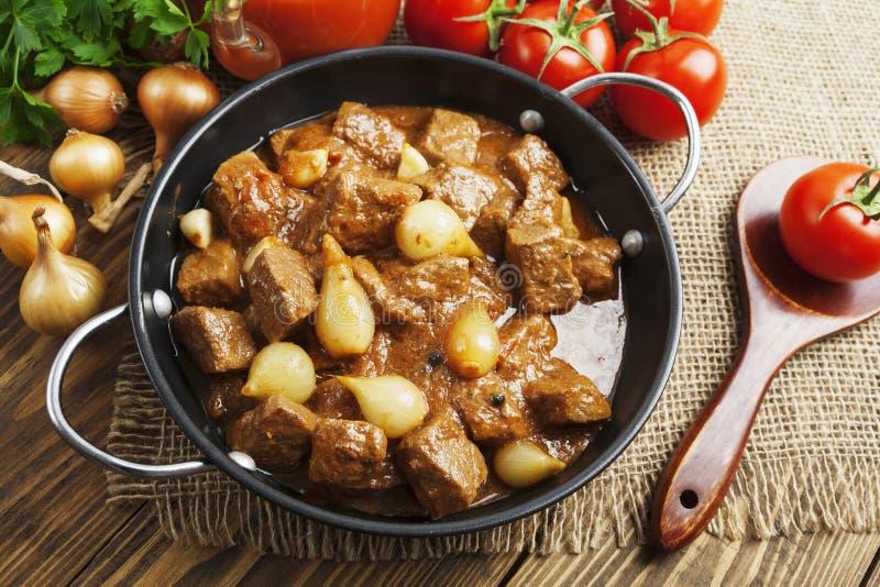 Gestoofd rundvlees met uien en tomaten, stifado stock fotografie