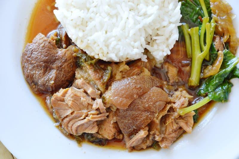 Gestoofd varkensvleesbeen met rijst op schotel royalty-vrije stock fotografie