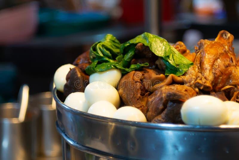 Gestoofd varkensvleesbeen met vijf kruiden en gekookte eieren, in een winkel van Thais straatvoedsel royalty-vrije stock fotografie