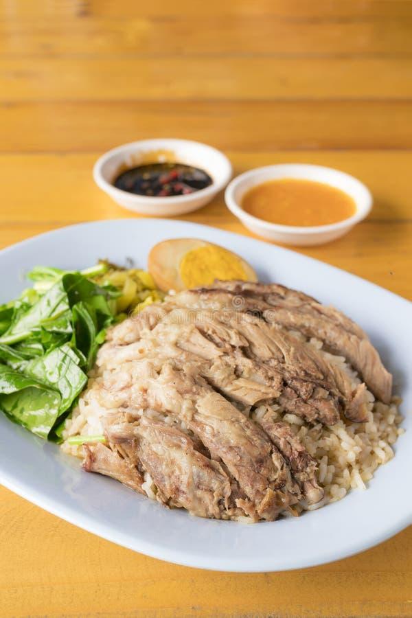 Gestoofd varkensvleesbeen op rijst stock foto's