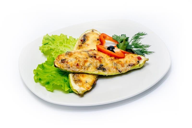 Gestoofde courgette met kaas, groenten en greens op een plaat stock afbeeldingen