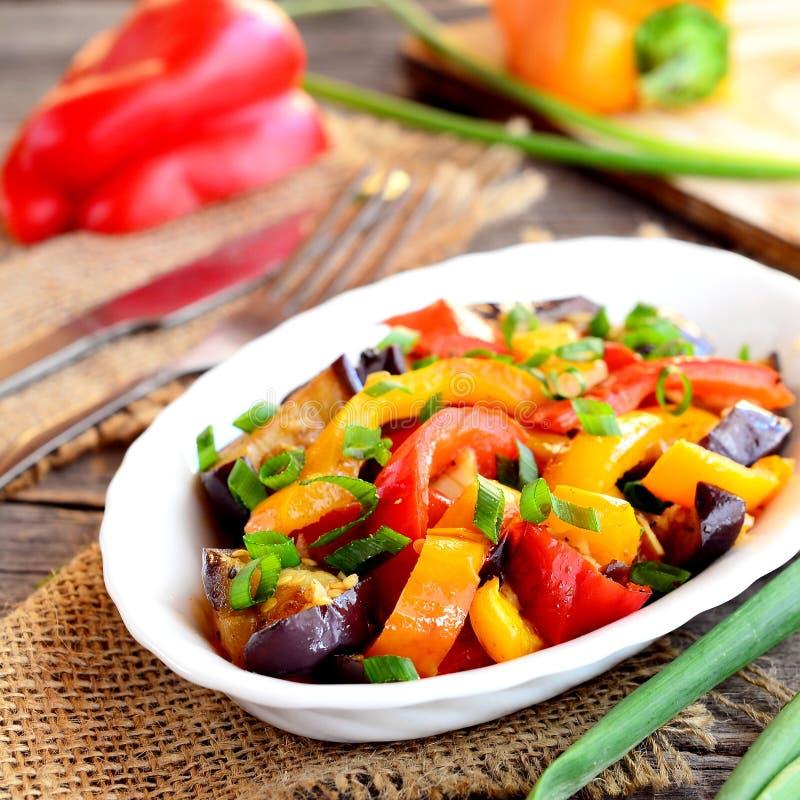 Gestoofde peper met aubergine en knoflook Helder plantaardig hutspotrecept close-up stock foto's