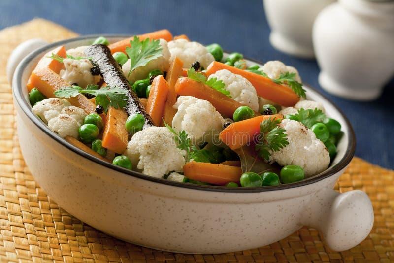 Gestoomd en sauteed groenten met kruiden royalty-vrije stock foto's