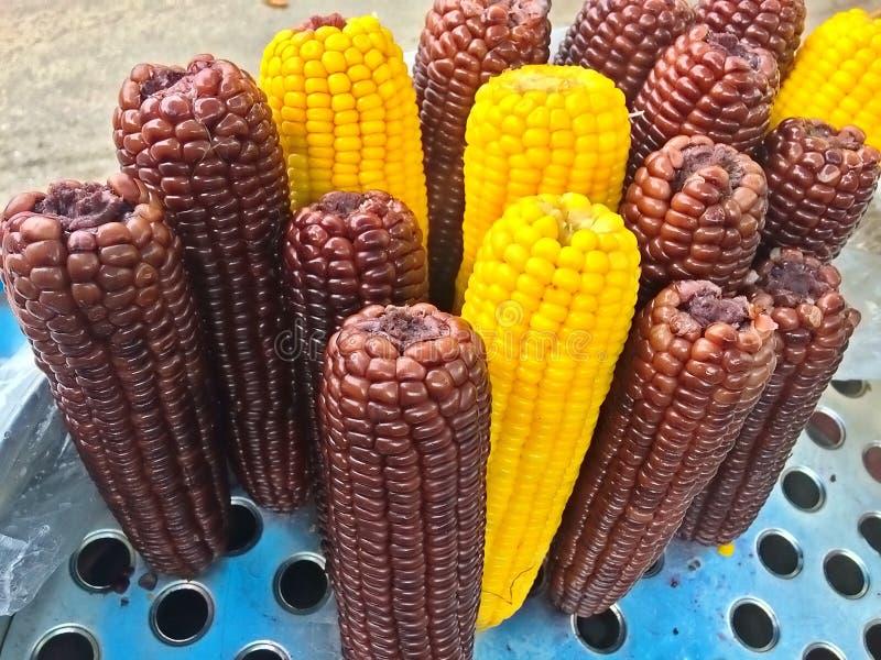 Gestoomd van vers geel en zwart graan voor verkoop, straatvoedsel royalty-vrije stock afbeelding