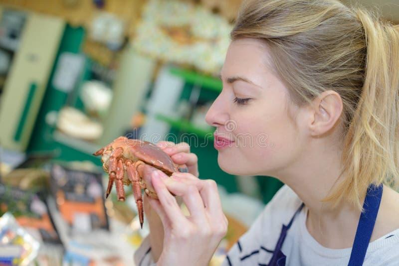 Gestoomde blauwe zwemmende krabben op vrouwenhanden stock foto