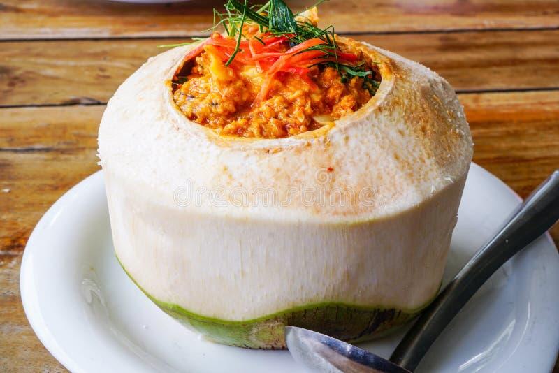 Gestoomde kerrievissen, garnalen en pijlinktvis in kokosnoot 1 stock fotografie