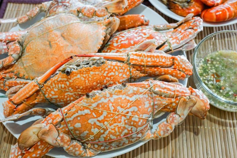 gestoomde krab op schotel met zeevruchtensaus royalty-vrije stock fotografie