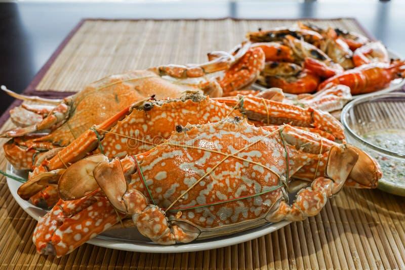 gestoomde krab in plaat op de lijst royalty-vrije stock afbeeldingen