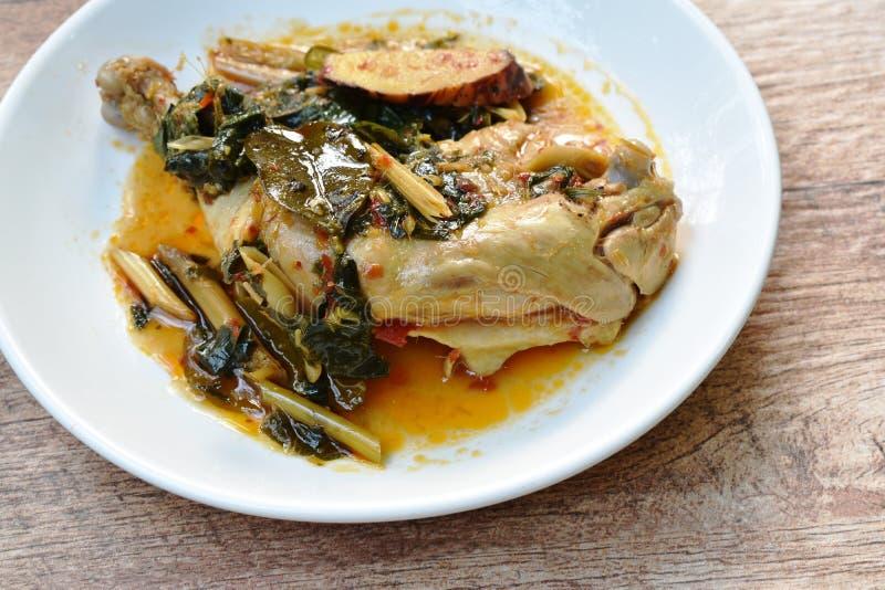 Gestoomde kruidige kippendij en been met kruid en Spaanse peper op palte stock afbeeldingen