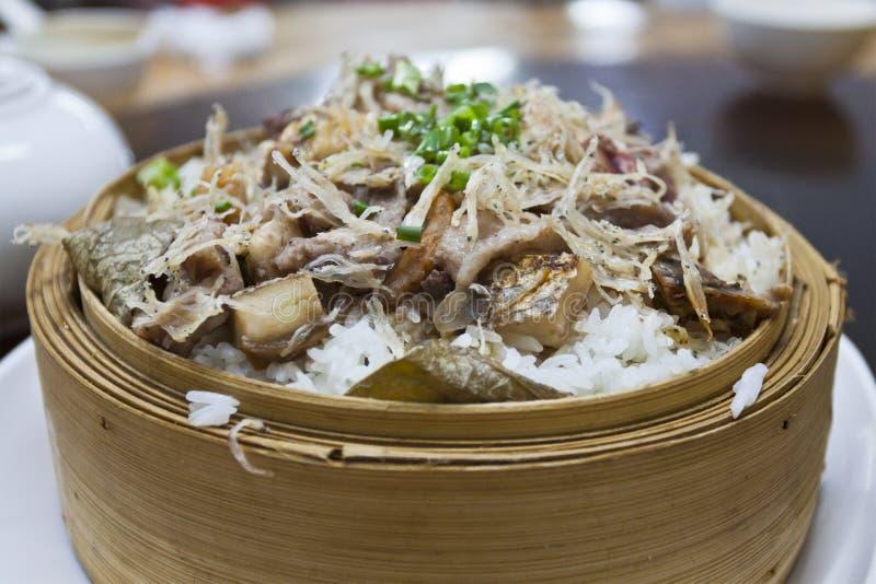 Gestoomde rijst van gezouten vissen en garnalen stock afbeelding
