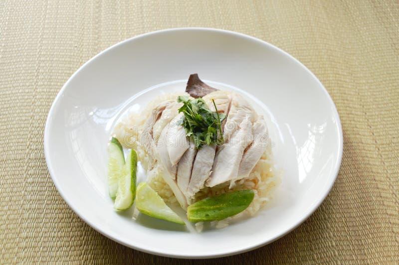 Gestoomde rijstbovenste laagje gekookte kip op bamboemat royalty-vrije stock foto