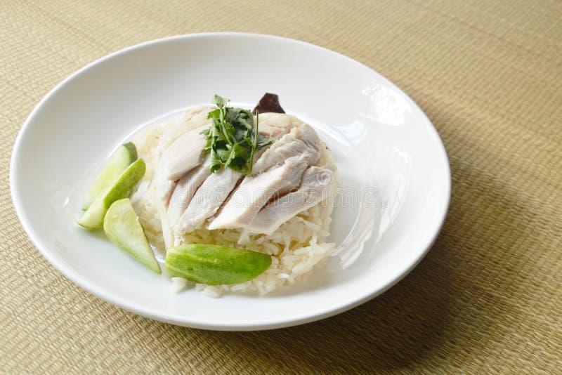 gestoomde rijstbovenste laagje gekookte kip op mat royalty-vrije stock afbeeldingen