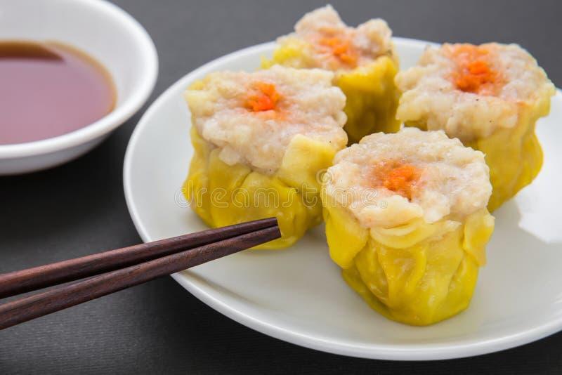 Gestoomde varkensvleesbol en sojasaus, Chinees voedsel royalty-vrije stock afbeeldingen