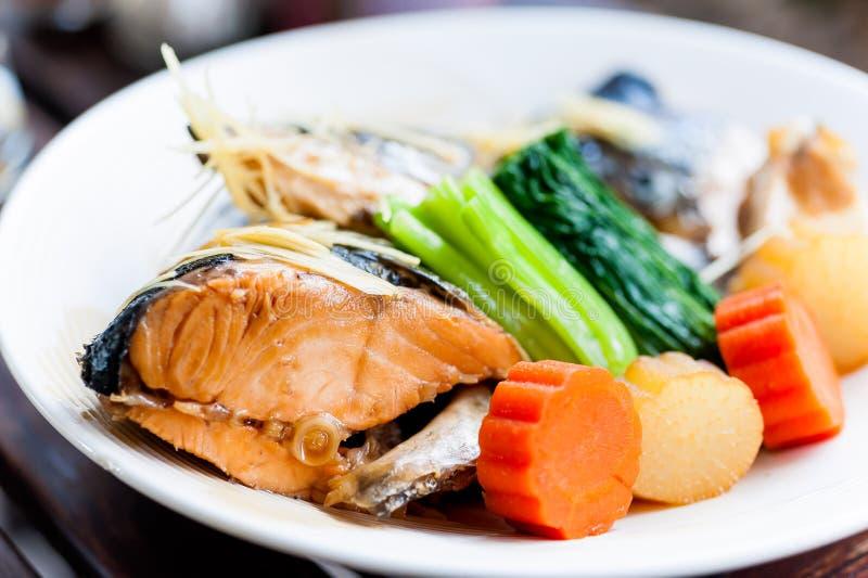 Gestoomde Zalm in het Japanse voedsel van de Sojasaus royalty-vrije stock afbeeldingen