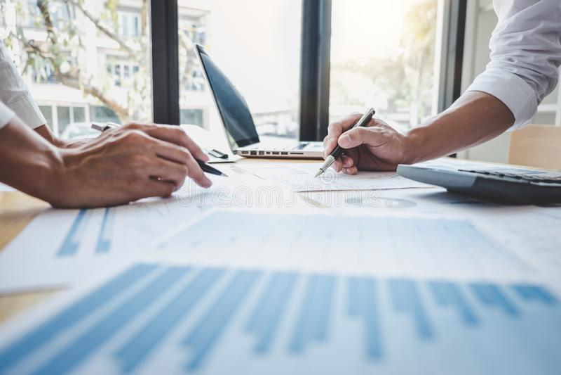 Gestor de equipe ocasional do negócio que tem uma discussão com estatísticas financeiras do sucesso novo do projeto, profissional fotos de stock