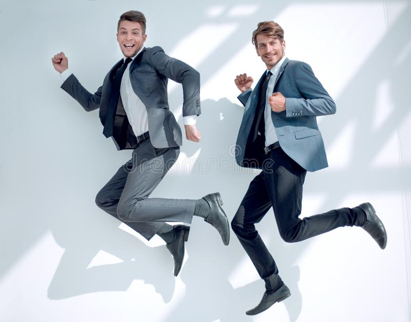 Gestor de escritório dois em um pulo feliz fotografia de stock royalty free