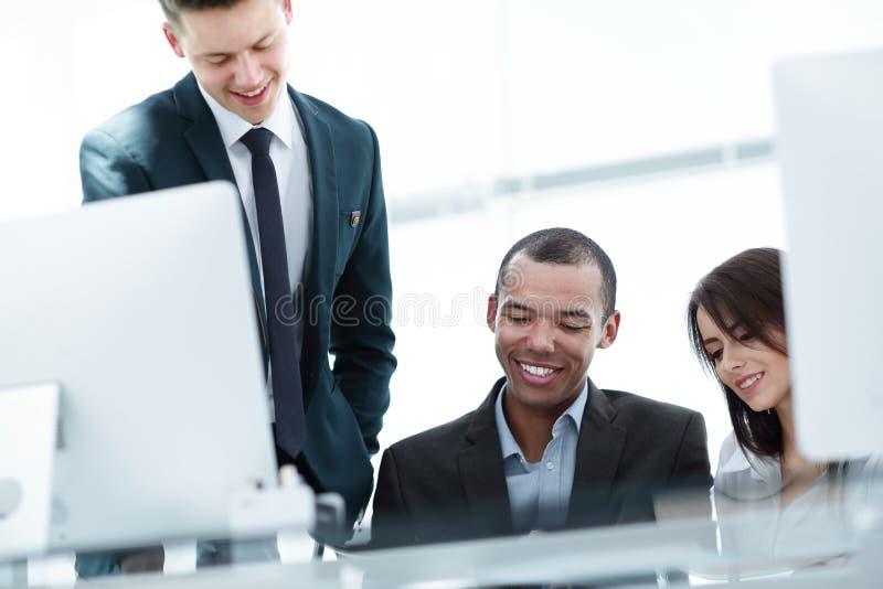 Gestor de projeto e equipe do negócio que discute originais de trabalho foto de stock