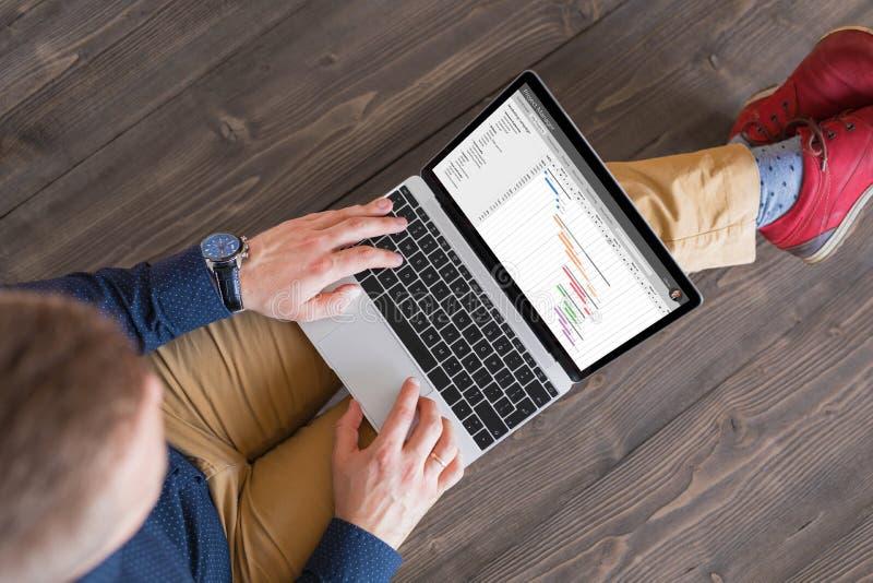Gestor de projeto que usa o laptop imagem de stock
