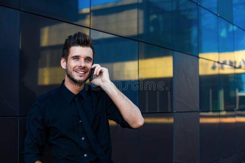 Gestor de proyecto de sexo masculino serio que tiene webinar en el dispositivo del cuaderno de la PC foto de archivo