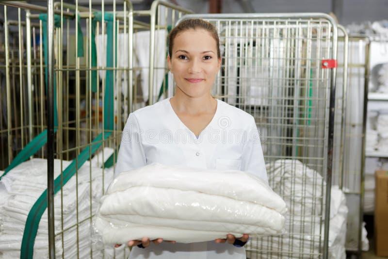 Gestor de serviço de linho da limpeza do hotel do retrato fotos de stock royalty free
