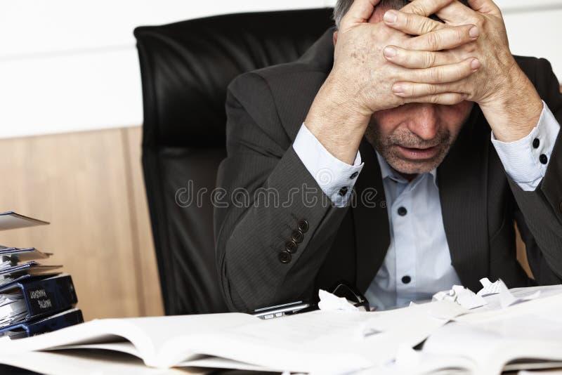 Gestore di ufficio frustrato sovraccaricato di lavoro. fotografie stock