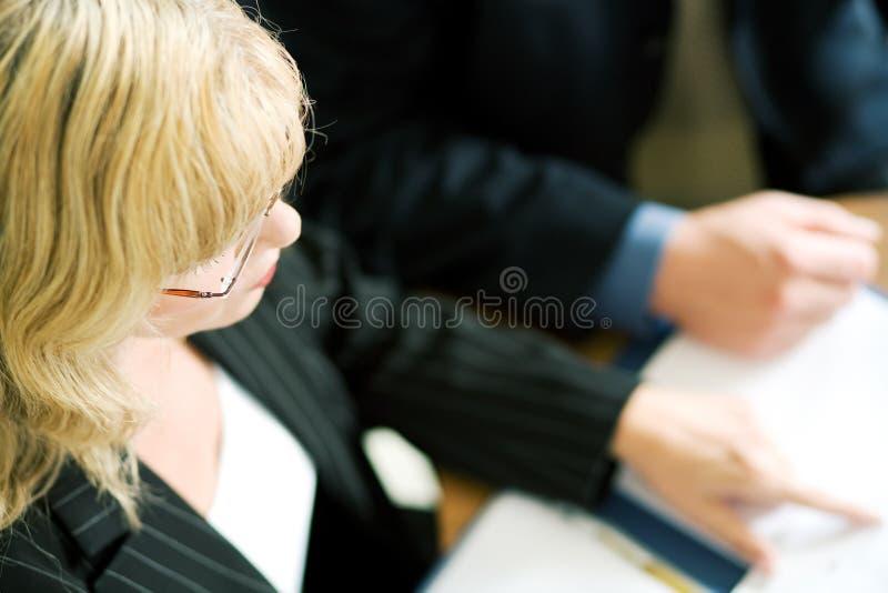 Gestore femminile in una riunione immagini stock