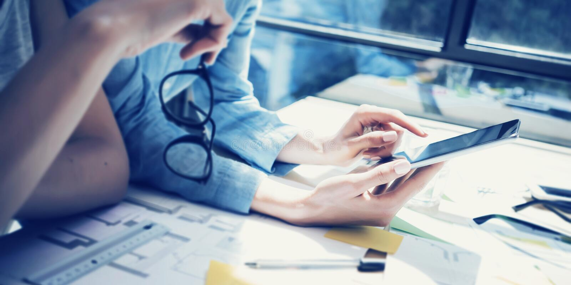Gestores de conta bem sucedidos Team Meeting Analise o escritório moderno do sótão do design de interiores dos preços de títulos  imagem de stock royalty free