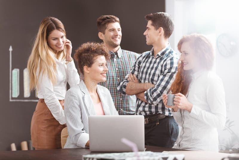Gestores de conta que têm a reunião de negócios imagem de stock royalty free