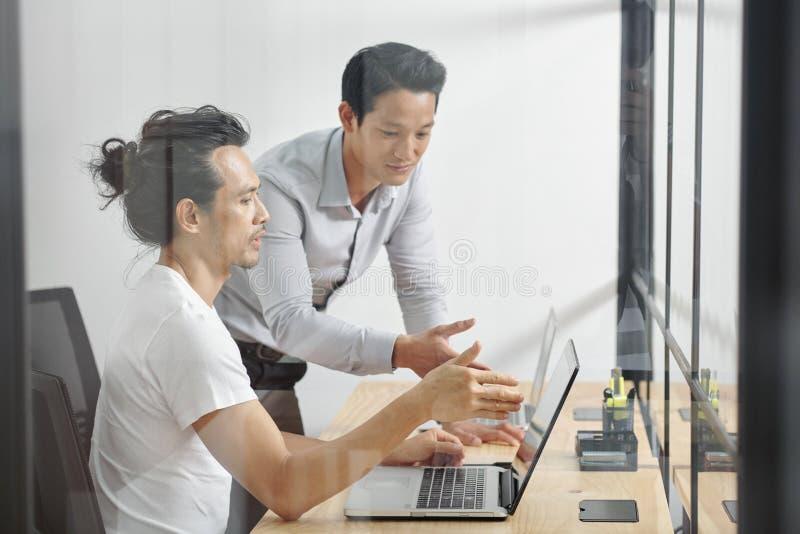 Gestores de proyecto que discuten el trabajo imagenes de archivo