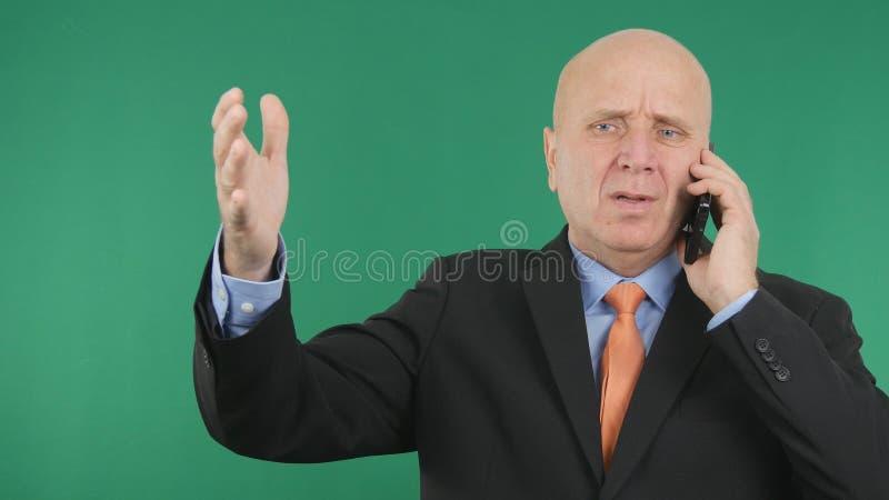 Gestos de mão de Image Making Nervous do homem de negócios da virada que falam notícias financeiras más foto de stock
