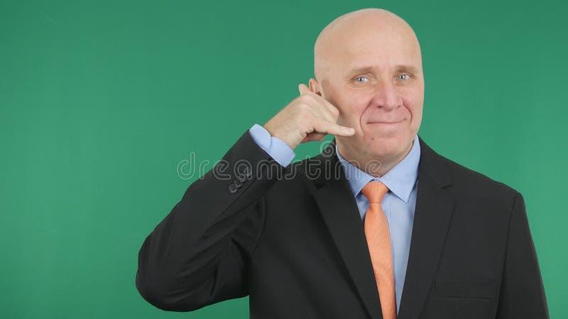 Gestos de mano sonrientes de Make Call Me del hombre de negocios foto de archivo libre de regalías