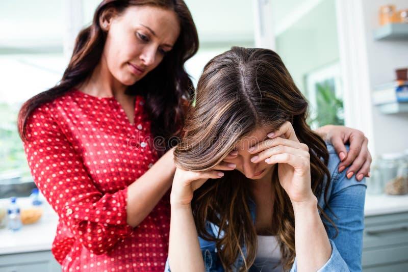 Gestraffte junge Frau mit Freund lizenzfreie stockfotos