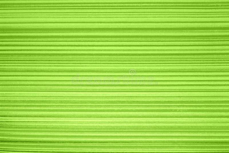 Gestreept behang Heldergroene achtergrond in een horizontale verdonkerde band van goud, vignet Textuur van de Grunge de lichtgroe stock afbeelding