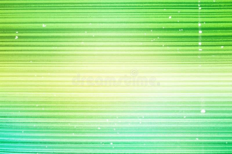 Gestreept behang Heldergroene achtergrond in een horizontale verdonkerde band van goud, vignet Textuur van de Grunge de lichtgroe royalty-vrije stock foto