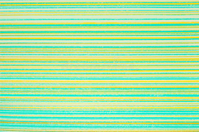 Gestreept behang Heldergroene achtergrond in een horizontale verdonkerde band van goud, vignet Textuur van de Grunge de lichtgroe stock fotografie