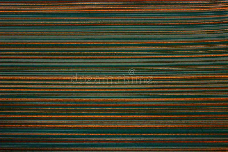 Gestreept behang Heldergroene achtergrond in een horizontale verdonkerde streep van gouden kleur, vignet stock afbeelding