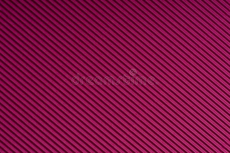 Gestreept magenta in reliëf gemaakt document Gekleurd Document De textuurachtergrond van de rode wijnkleur stock afbeelding